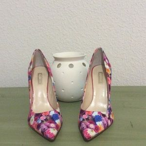 Flawless flowered pumps! 🌺